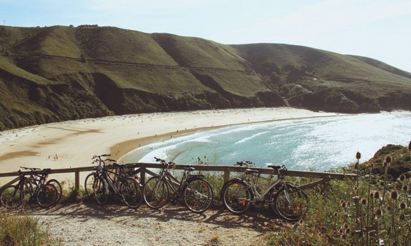 bici y playa en campamento surf llanes