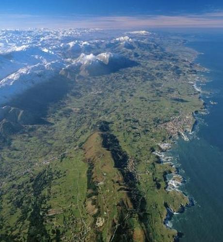 imagen aerea del campamento de surf llanes