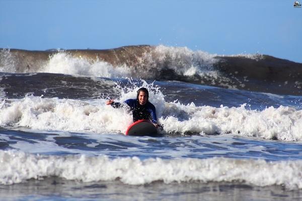 surfeando en campamento surf Llanes
