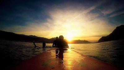 surfeando puestas de sol