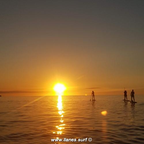 tres alumnos de la escuela de surf de llanes