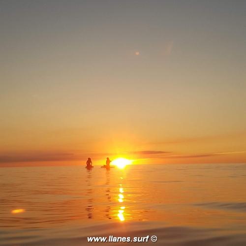 paddle surf en la puesta de sol