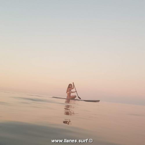 paddle surf sentada mar en calma