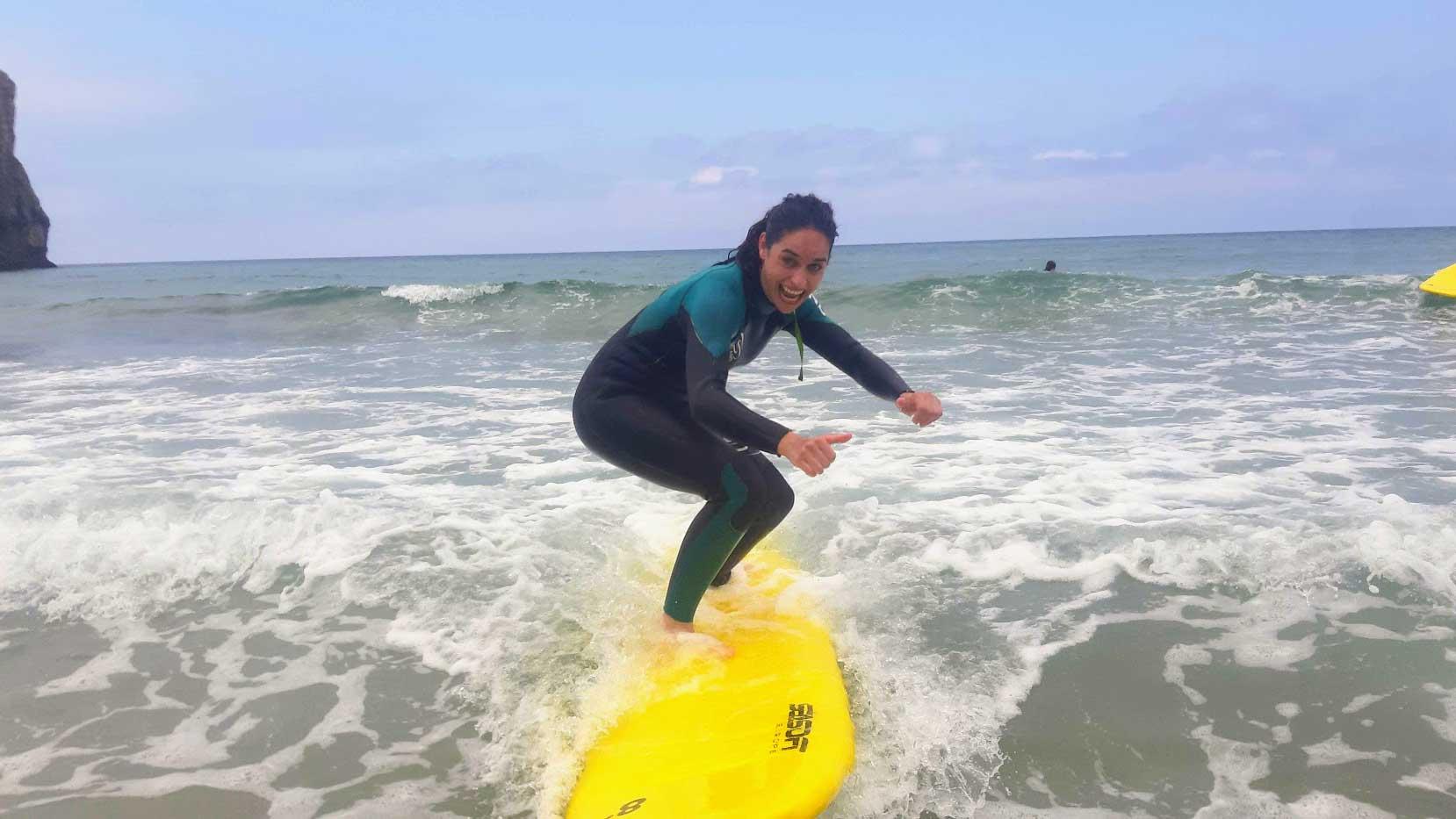 alumna de la escuela de surf llanes